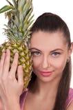 Flickan rymmer ananas arkivfoto