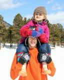 flickan rymmer den små mannen ung Royaltyfri Foto