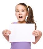 Flickan rymmer det tomma banret Royaltyfria Bilder