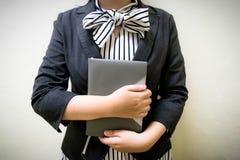 Flickan rymmer en bok för att studera pengar royaltyfri fotografi