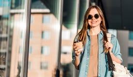 Flickan rymmer kaffe Arkivfoton