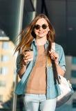 Flickan rymmer kaffe Arkivbilder