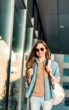 Flickan rymmer kaffe Fotografering för Bildbyråer