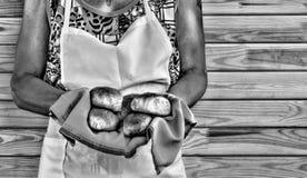 Flickan rymmer nya hemlagade kakor fotografering för bildbyråer