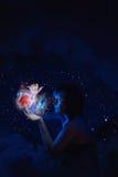 Flickan rymmer universumet i henne händer Royaltyfri Fotografi