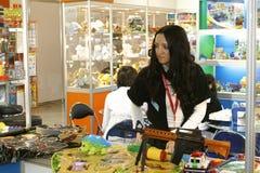 flickan säljer toys Arkivbilder