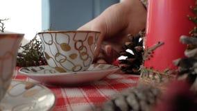 Flickan sätter en kopp på det nya årets tabell stock video