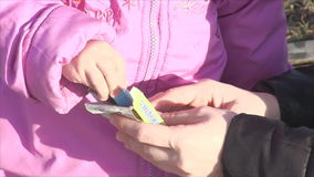 Flickan sätter färgpennor lager videofilmer