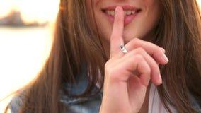 Flickan sätter fingret till kanten lager videofilmer