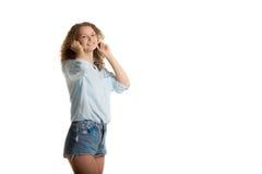 Flickan sätter på earbuds arkivfoton