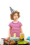 Flickan sätter på hennes födelsedagönska Arkivfoto