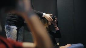 Flickan sätter på VR-exponeringsglas lager videofilmer