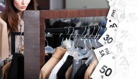 Flickan söker efter perfekta kläder med attraktiva rabatter Arkivfoton