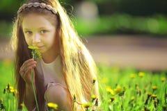 Flickan samlar blommor Arkivbilder
