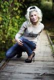 Flickan satt på bron Royaltyfria Bilder