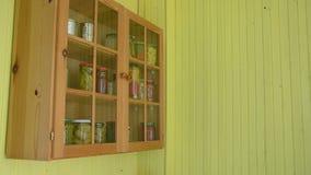 Flickan satte kuggen för på burk mat arkivfilmer