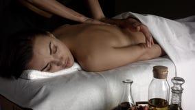 Flickan satte stenarna f?r massage arkivfilmer