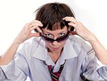 flickan ser över solglasögon Arkivbild