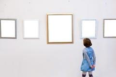 Flickan ser en föreställa Arkivbild