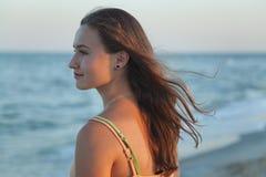 flickan ser havet Fotografering för Bildbyråer