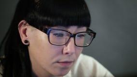 Flickan ser i bildskärmskärmen lager videofilmer