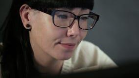 Flickan ser i bildskärmskärmen stock video