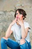 Flickan ser indignantly Begrepp av sinnesrörelse Arkivbild