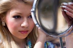 flickan ser spegeln royaltyfria bilder