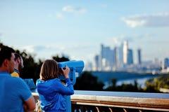 Flickan ser till och med kikare på Moskva Fotografering för Bildbyråer