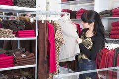 flickan shoppar Royaltyfria Bilder
