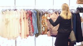 Flickan shoppar lager videofilmer