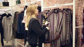 Flickan shoppar arkivfilmer