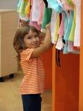 flickan shoppar Arkivbilder