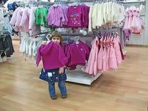 flickan shoppar Arkivbild
