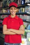 flickan shoppar tonårs- working för brevpapper Royaltyfri Fotografi
