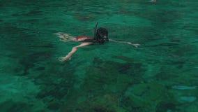 Flickan simmar med ett vatten för maskering utom fara lager videofilmer