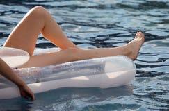 Flickan simmar på viten i pölen Royaltyfria Bilder