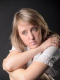 flickan sitter fundersamt Fotografering för Bildbyråer