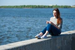 Flickan sitter på en balustrad 02 Royaltyfri Bild