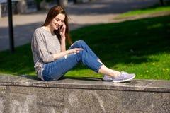 Flickan sitter på en balustrad 03 Arkivfoto