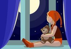 Flickan sitter på fönsterbrädan och blickarna på månen royaltyfri bild