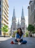 Flickan sitter på gatan Fotografering för Bildbyråer