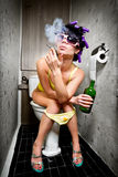 flickan sitter toaletten Arkivbild
