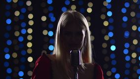 Flickan sjunger driftiga sånger i skymningen stock video