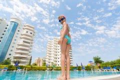 Flickan ska simma i pölen. arkivbilder