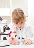Flickan skolar in labbet Arkivbilder