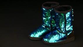 Flickan skor mörk bakgrundshdlängd i fot räknat