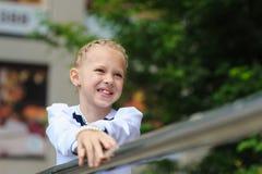 flickan skrattar little Royaltyfri Bild