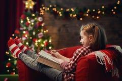 Flickan skrivar brevet till jultomten Arkivbilder