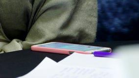 Flickan skriver ett meddelande på smartphonen arkivfilmer